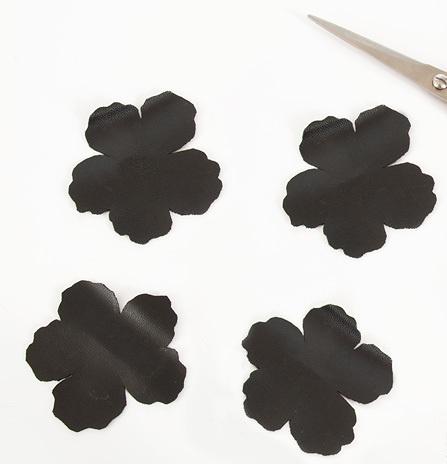 Как сделать перстень-цветок из кожи