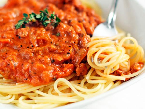 Спагетти болоньезе полюбит вся семья