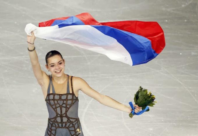 Аделина Сотникова с российским флагом
