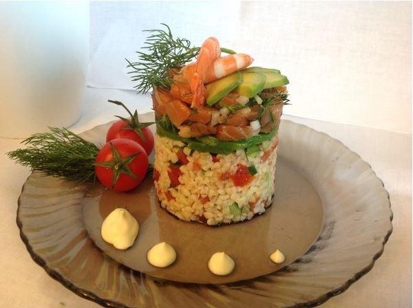 Салат слоеный с форелью и булгуром