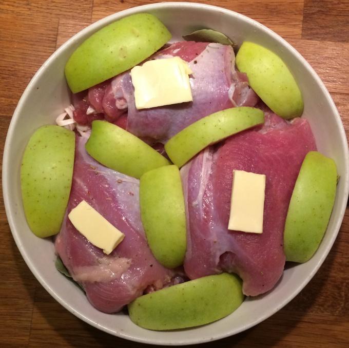 Филе индейки с розмарином и яблоками