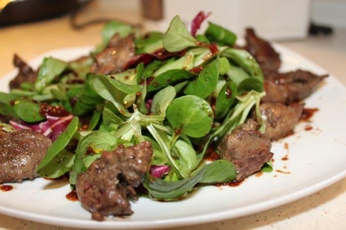 Простой и быстрый салат из говяжьей печени