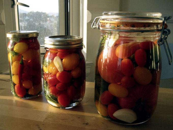 Соление - самый простой способ хранения помидор.