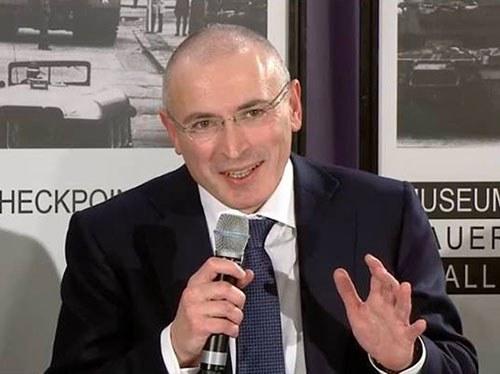 Михаил Ходорковский 20.12.2013 на первой пресс-конференции после освобождения в столице Германии, в музее Берлинской стены