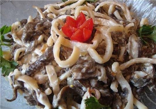 Как сделать салат из консервированных кальмаров