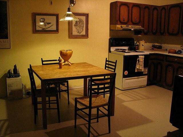Есть много разных способов сделать простой и дешевый пол на кухне