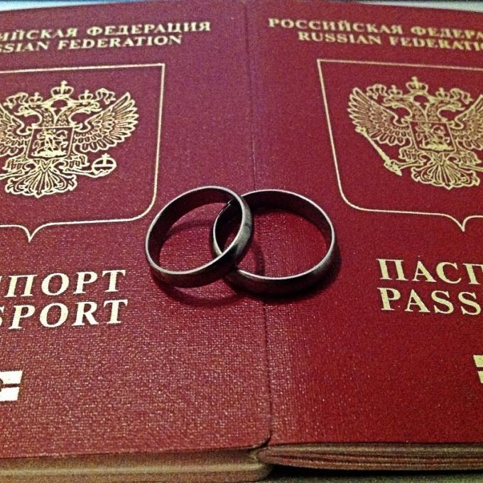 Нужно ли менять загранпаспорт после смены фамилии