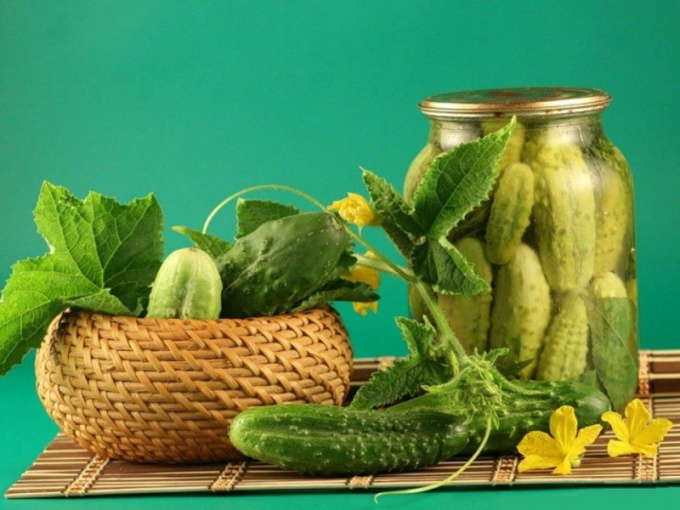 How to roll the cucumbers in liter cans