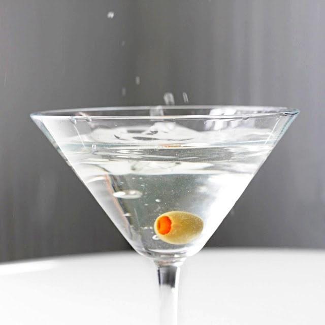 В коктейль мартини кладут оливку