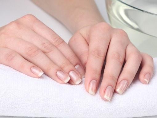 Почему отслаиваются ногти на руках