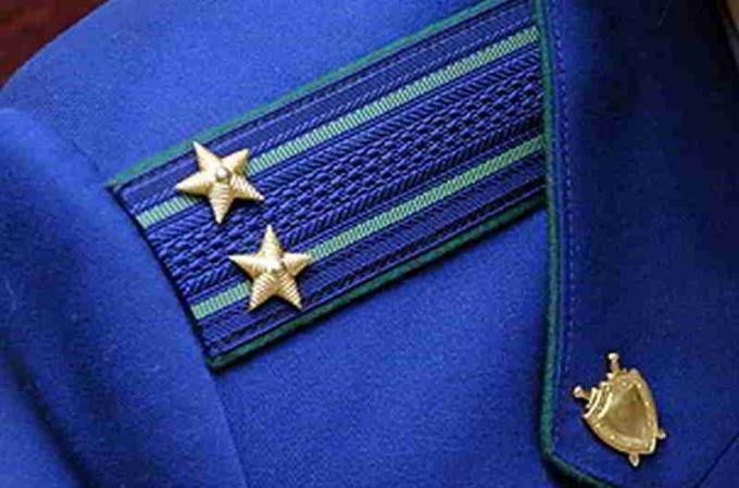 Эмблема российской прокуратуры, в том числе и военной,  — щит и меч