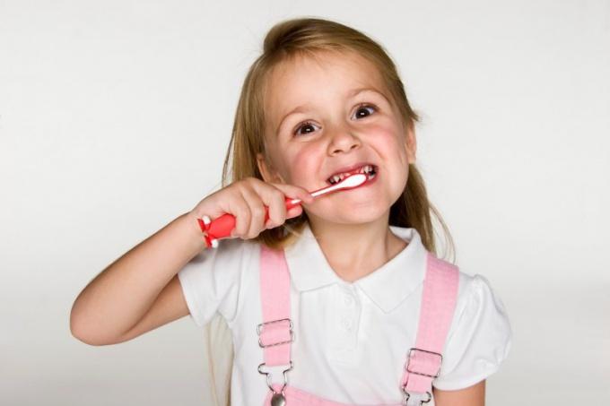 Когда выпадают молочные зубы у ребенка