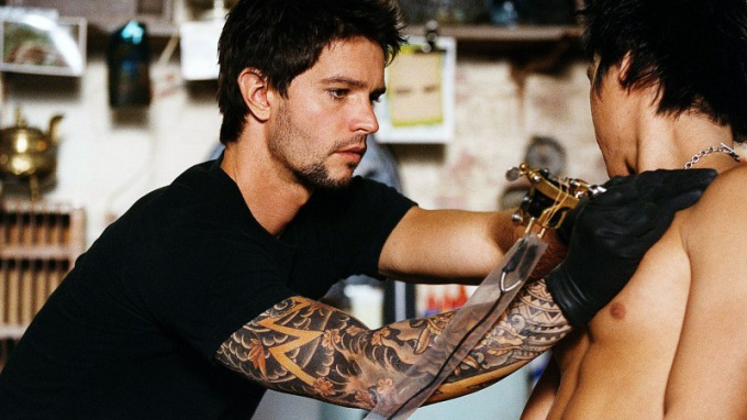 Татуировщик за работой