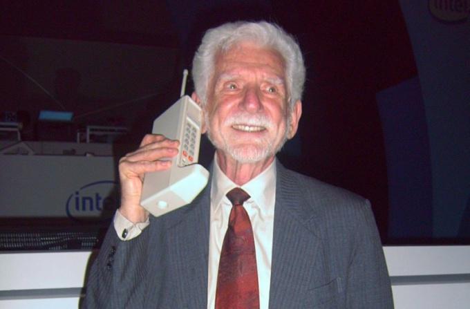 Какой был первый сотовый телефон
