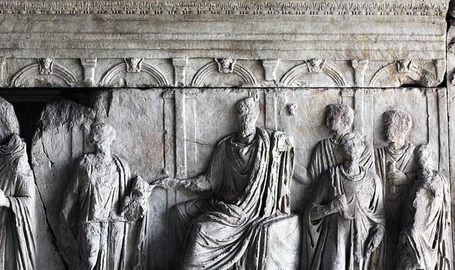 Рельеф, известный как анаглифы Траяна, изображает собрание римского сената в курии