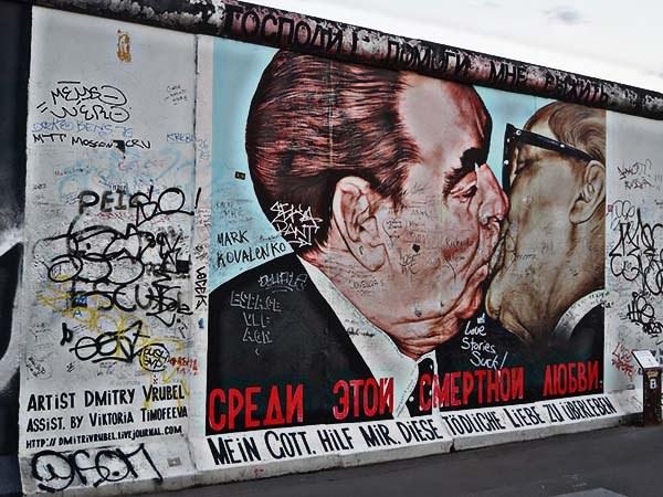 Дмитрий Врубель: Братский поцелуй /«Господи! Помоги мне выжить среди этой смертной любви»