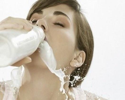 Вредно ли пить молоко взрослым?