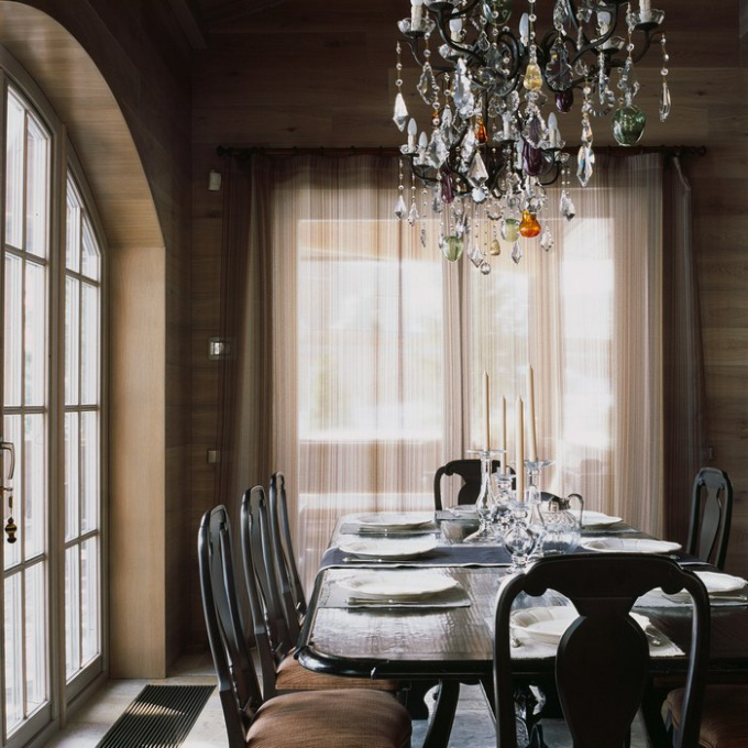 Proper lighting of the table in the dining room is a well-chosen chandelier