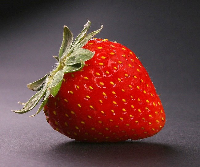 Спелая ягода земляники садовой