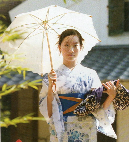 японская девушка с фурошики в руках