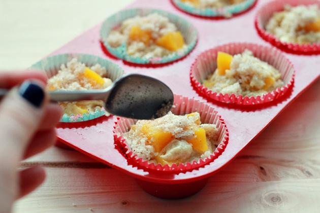 Как приготовить маффины с персиками и корицей