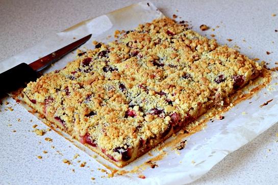 Как приготовить пирог с вишней и ревенем