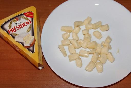 Банан с сыром бри и земляникой