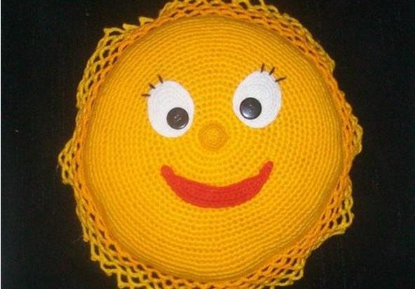 Как связать крючком подушку-солнышко