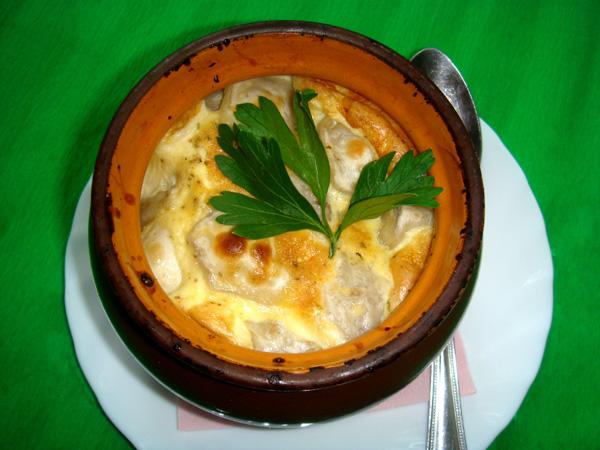 Пельмени под сырным соусом