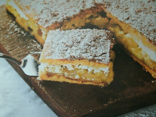 Cake with Apple mousse, cinnamon and cream