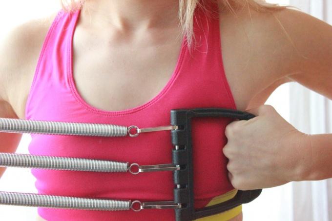 Как тренироваться с помощью грудного эспандера