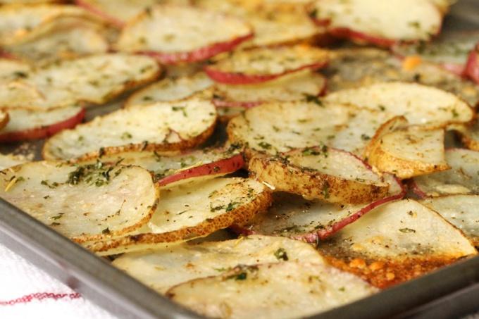 Как запечь ароматную и хрустящую картошку