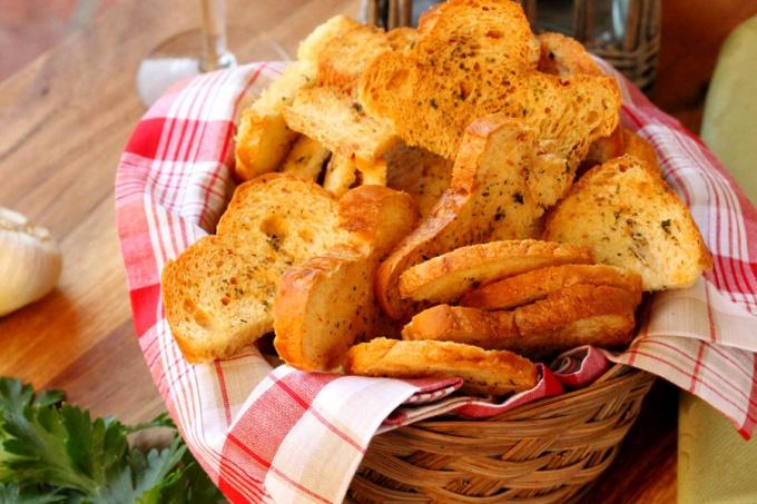 Как приготовить универсальные гренки для закусок