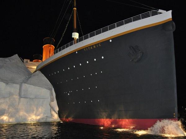 Титаник сталкивается с айсбергом