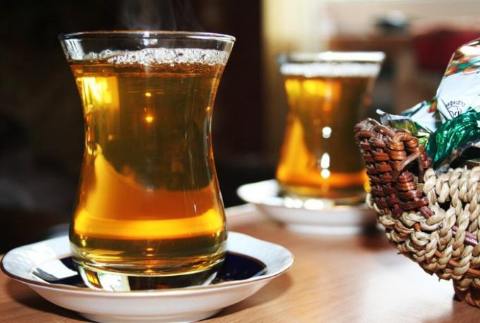 """Почему на Востоке пьют чай из стакана """"армуды"""""""