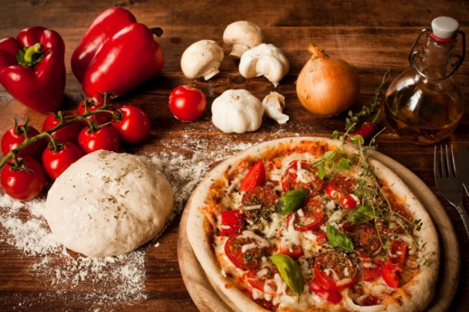 Сочное тесто для основы - один из секретов вкусной пиццы