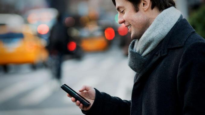 Мужчина с мобильным телефоном получает детализацию звонков