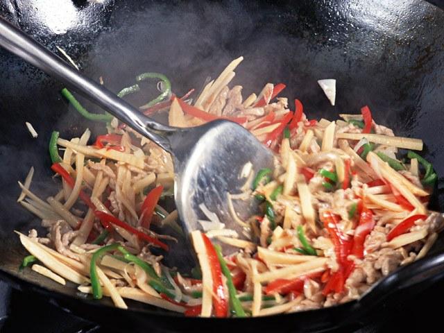 Как приготовить солянку из свежей капусты с сосисками