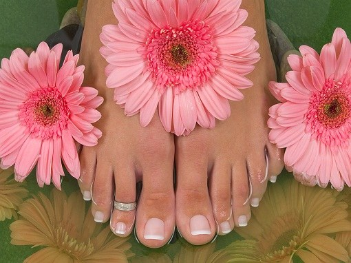 The contents of the feet clean is the prevention of detachment of the nails