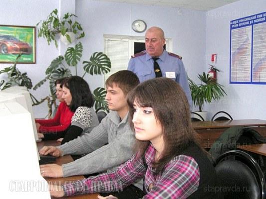 Сдача теоритечской части экзамена в ГИБДД