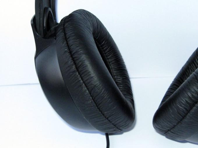 Часто происходит обрыв провода в корпусе наушника