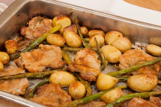 Как запечь курицу с молодым картофелем в духовке