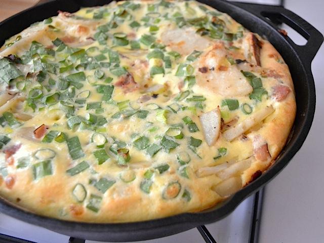 Как приготовить фриттату с картофелем, беконом и яйцами