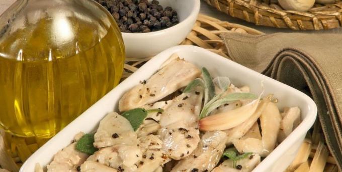 Кролик в оливковом масле с чесноком и шалфеем