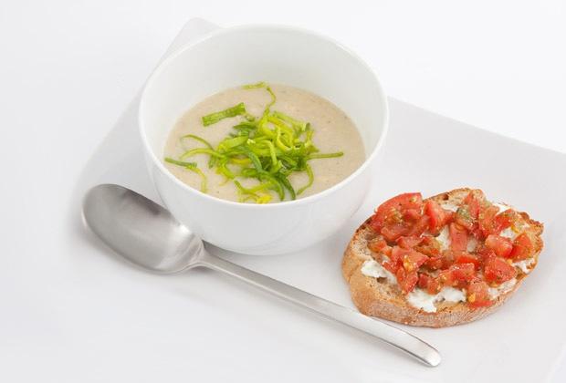 Сырный суп с томатно-творожными бутербродами