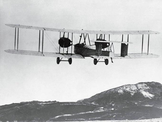 Кем был впервые совершен перелет через Атлантику