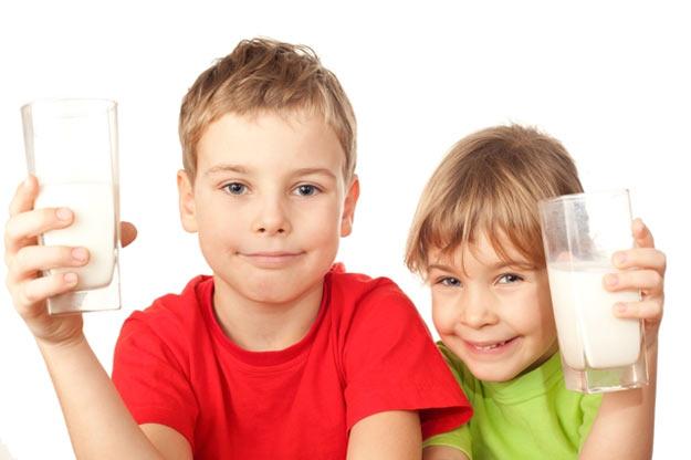 С какого возраста можно давать ребенку коровье молоко?