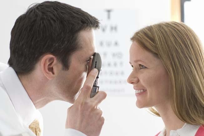 Причину желтизны глаз выясняют у окулиста