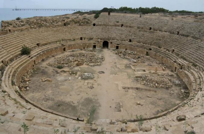 Амфитеатр представляет собой арену, окруженную зрительными рядами