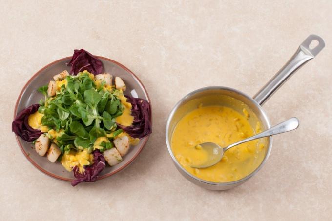 Салат корн с морским гребешком и манговым соусом